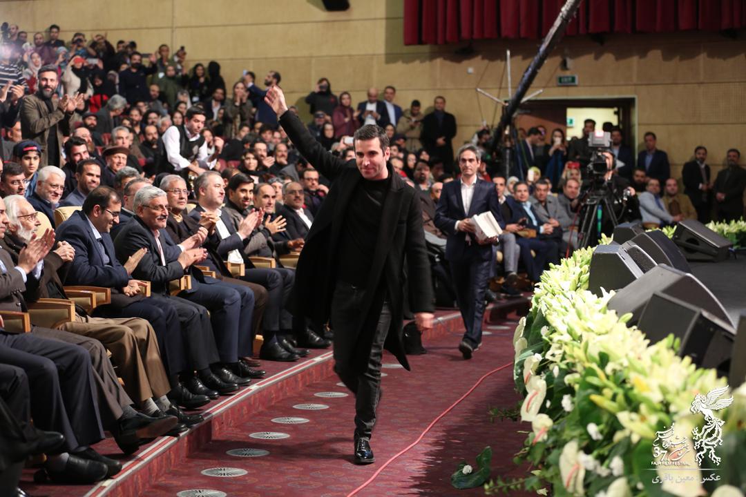 (تصاویر) سیمرغ بهترین بازیگر مرد در دست هوتن شکیبا