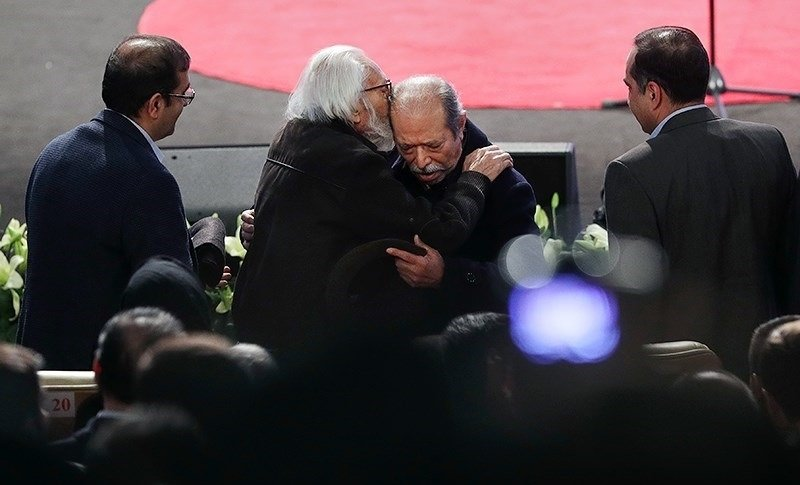 (تصویر) بوسه جمشید مشایخی بر پیشانی علی نصیریان