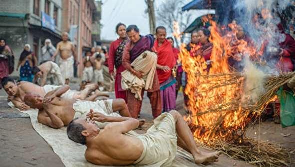 تصاویری از مراسم عجیب هندوها در نپال
