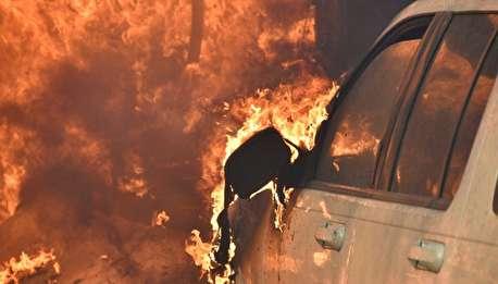 (ویدیو) کودکان شرور، خودرو لوکس را به آتش کشیدند!