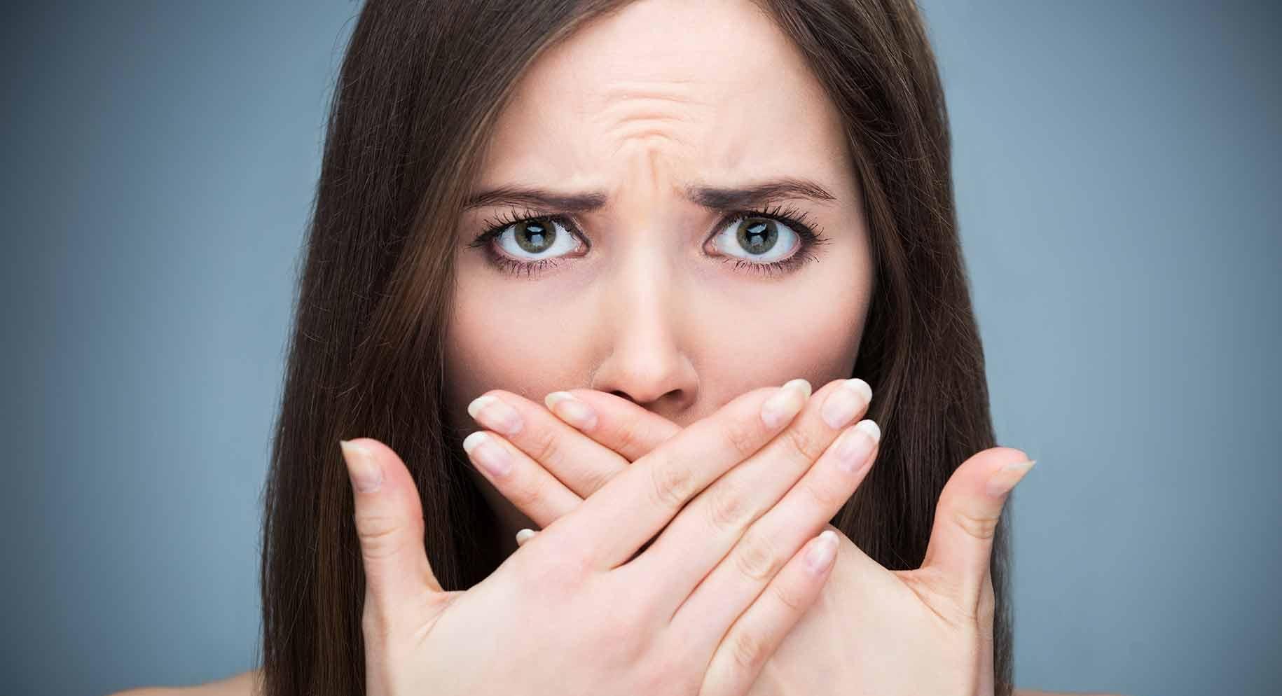 بوی بد دهان نشانه چیست و چگونه میتوانیم از شر این بوی بد خلاص شوید؟
