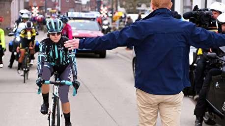 متوقف کردن زنان دوچرخه سوار برای ادامه مسابقه مردان