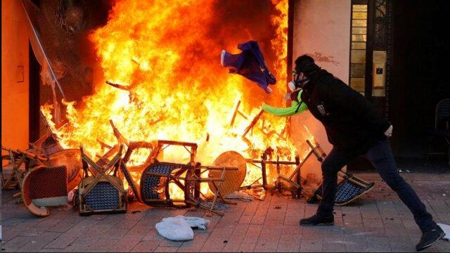 (تصاویر) جلیقهزردها شانزهلیزه را به آتش کشیدند