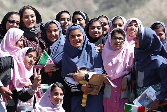 شبنم مقدمی در میان دانشآموزان مناطق محروم