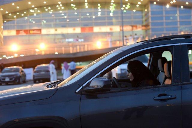 (تصاویر) استقبال زنان عربستانی از نمایشگاه اتوموبیل زنان