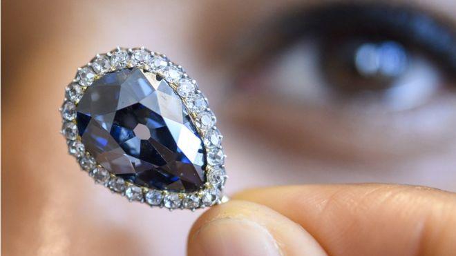 (تصویر) الماس کمیاب آبی نزدیک ۷ میلیون دلار فروش رفت