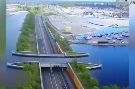پلی شگفت انگیز که از زیر آب میگذرد