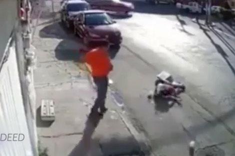 حمله عجیب به دختر جوان در خیابان