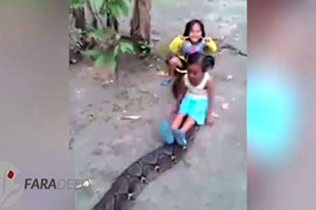 (ویدئو) سرگرمی خطرناک و غیرمعمول کودکان در اندونزی