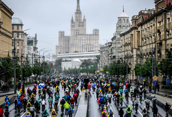 (تصاویر) رژه دوچرخهها در هوای بارانی مسکو