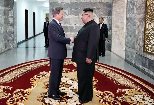 (تصاویر) دیدار غیر منتطره رهبر کرهشمالی با رییس جمهور کرهجنوبی