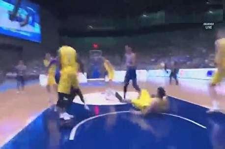 (ویدئو) کتک کاری شدید بازیکنان بسکتبال