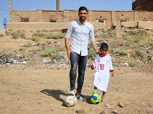 (تصویر) لباس جهانبخش بر تن کودک کوره آجرپزی