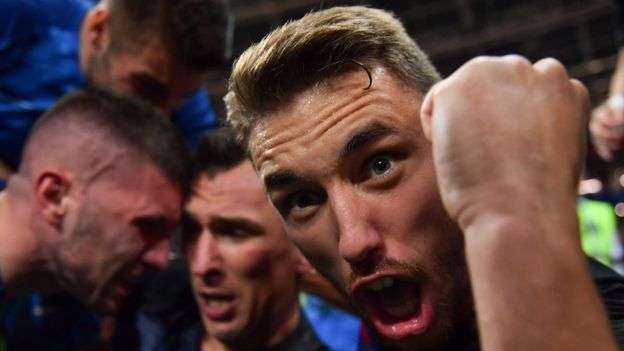 (تصاویر) عکاسی که زیر بازیکنان تیم کرواسی دفن شد