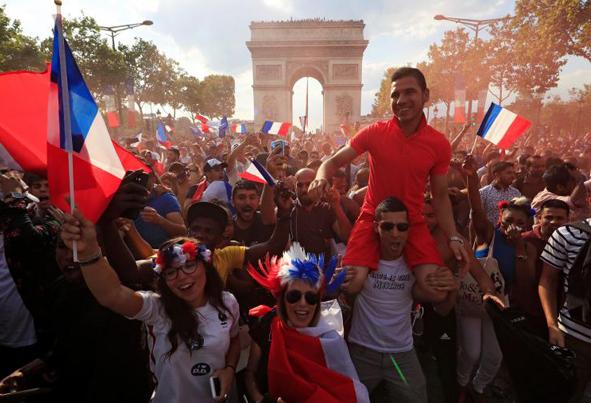 (تصاویر) جشن فرانسویها در کنار برج ایفل پس از قهرمانی