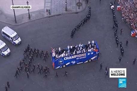(ویدئو) ورود تیم ملی فرانسه به جشن قهرمانی در پاریس