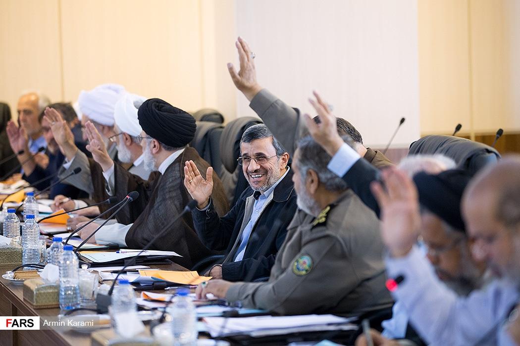 (تصاویر) خندههای احمدینژاد در جلسه مجمع تشخیص