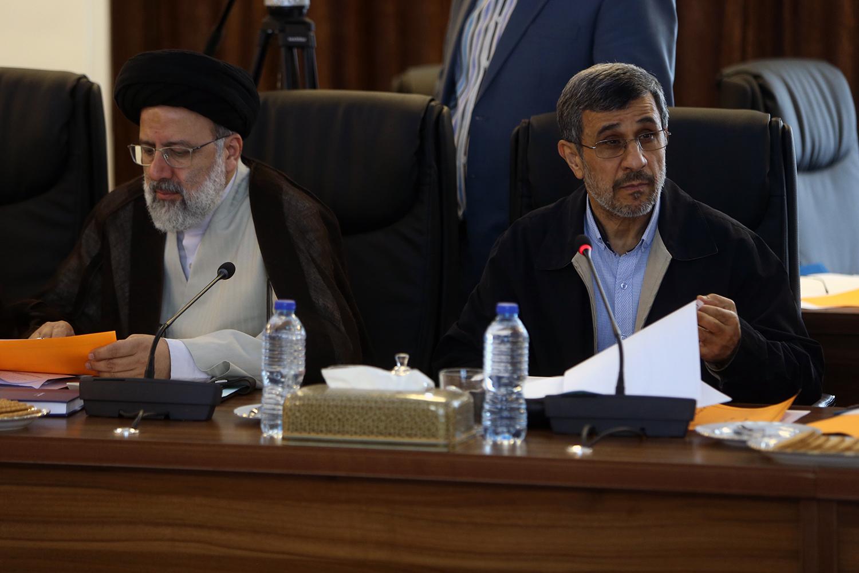 (تصاویر) خنده های احمدی نژاد در جلسه مجمع تشخیص