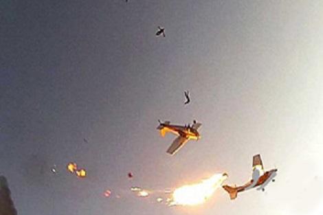 برخورد دو هواپیماى حامل چتربازان در آسمان
