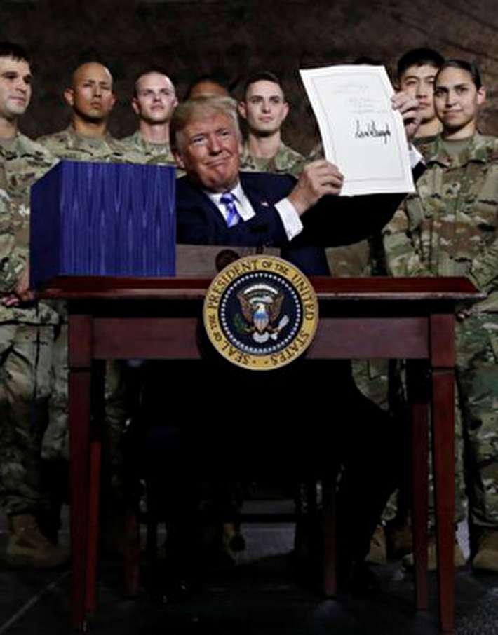 (تصاویر) ترامپ بودجه ۷۱۷ میلیارد دلاری پنتاگون را امضاء کرد