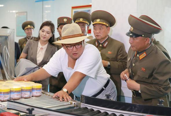 (تصاویر) بازدید رهبر کره شمالی از کارخانجات مهم