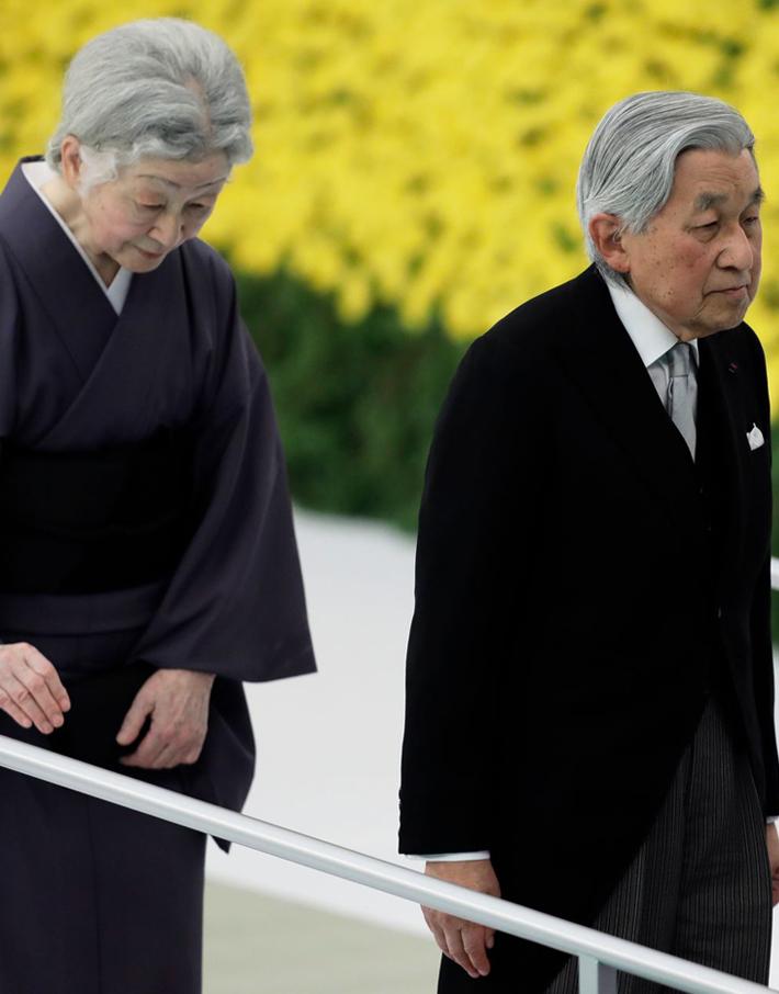 (تصاویر) امپراطور ژاپن و همسرش در مراسم یادبود پایان جنگ