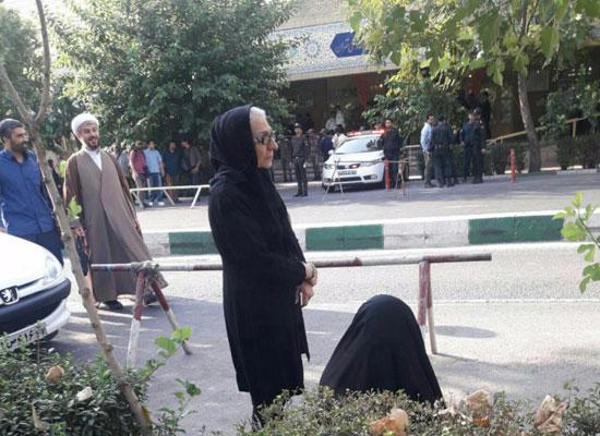 (تصاویر) تجمع احمدینژادیها مقابل دادگاه مشایی