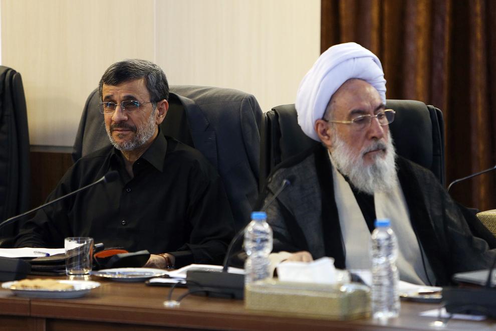 احمدینژاد به چی یا کی میخندد؟!
