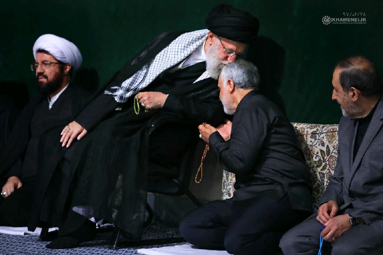 (تصویر) بوسه مقام معظم رهبری بر سر سردار سلیمانی
