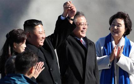 (تصاویر) رهبران دو کره به کوهنوردی رفتند