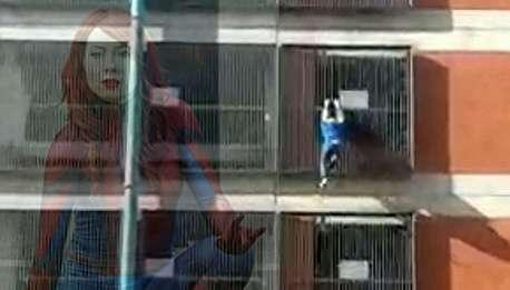 زن عنکبوتی، از ساختمان ۸ طبقه بالا رفت