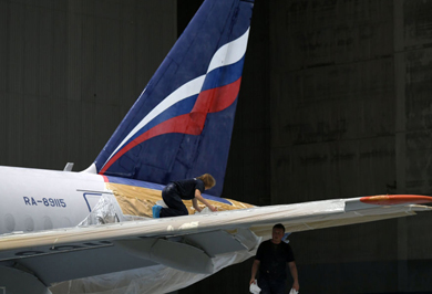 (تصاویر) رنگ کردن هواپیمای سوخو سوپرجت ۱۰۰