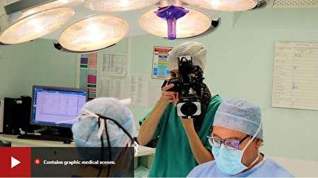 عکاس زنی که از اتاق جراحی عکس میگیرد