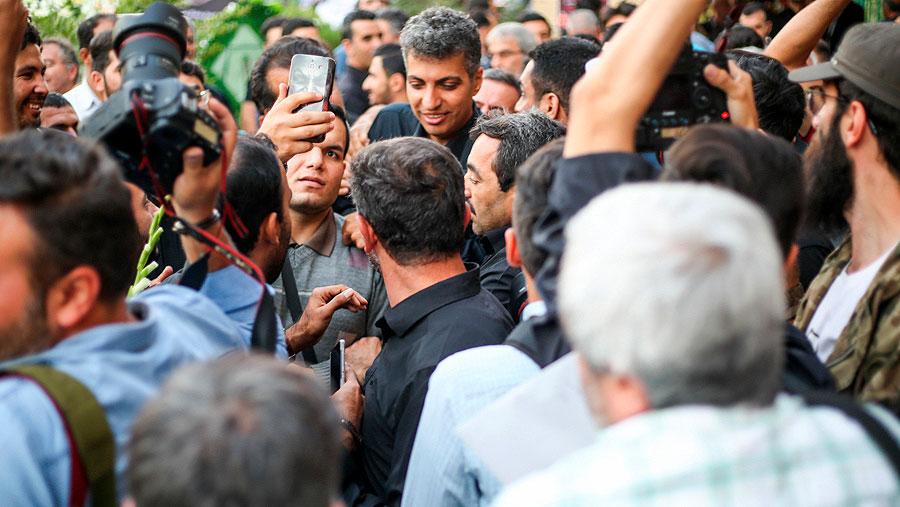 (تصاویر) سلفی با فردوسیپور و غم خیابانی در حاشیه ختم زندهیاد شفیع