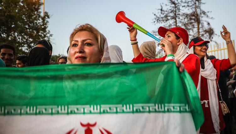 آیتالله موسوی بجنوردی: ورود زنان به ورزشگاه مشکل شرعی ندارد