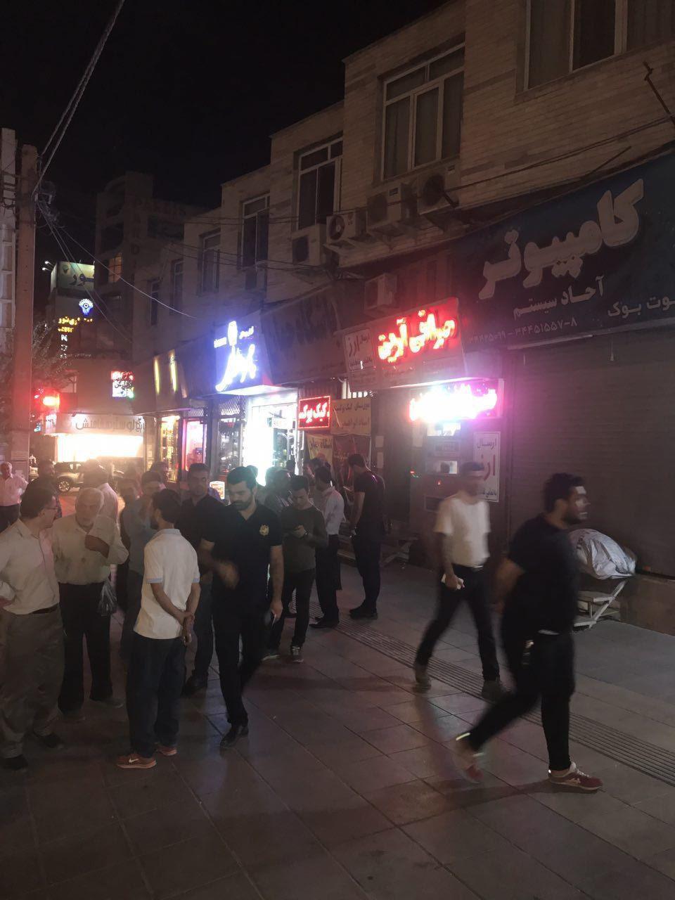 (تصاویر) هجوم شبانه مردم به صرافیها برای فروش دلار