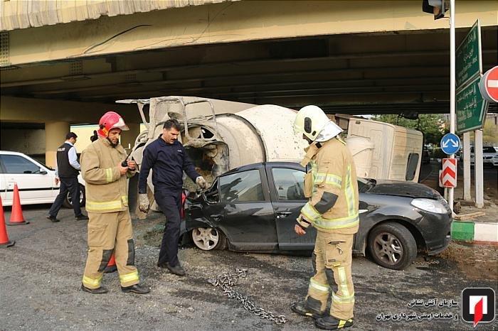 (تصاویر) واژگونی بونکر سیمان روی ساندرو در بزرگراه چمران