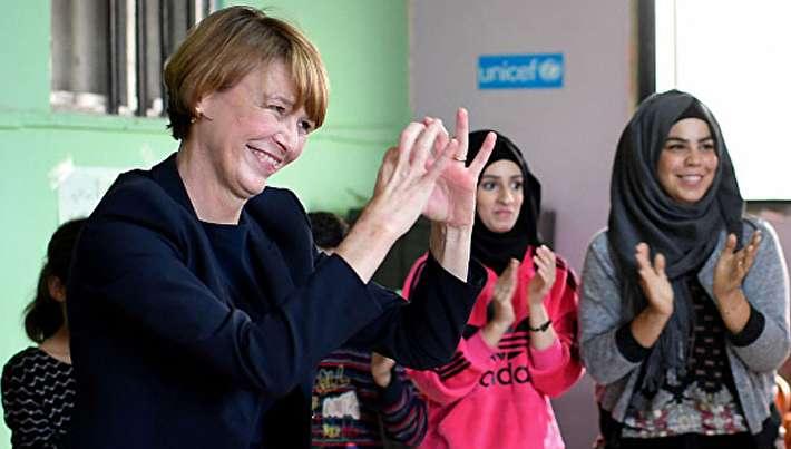 رقص همسر رئیس جمهور آلمان در اردوگاه آوارگان