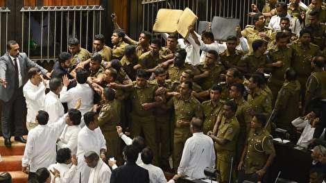 (ویدیو) زد و خورد شدید نمایندگان پارلمان سریلانکا