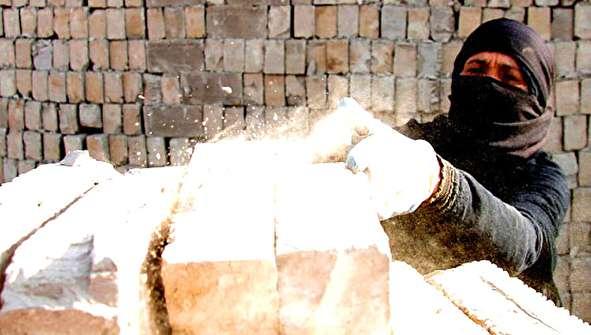 (تصاویر) زنان عراقی در کوره آجر پزی در نجف