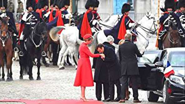 (تصاویر) بوسه ماکرون بر دستان ملکه بلژیک