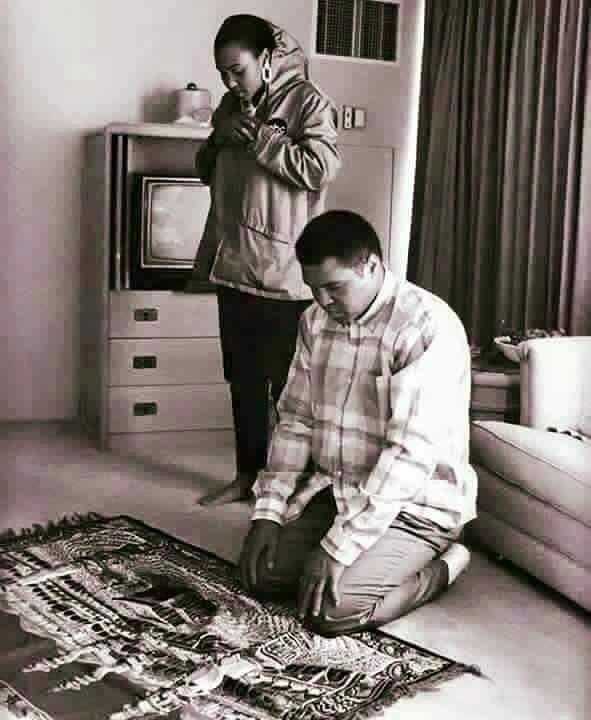 (تصویر) محمدعلی کلی و دخترش در حال نماز خواندن