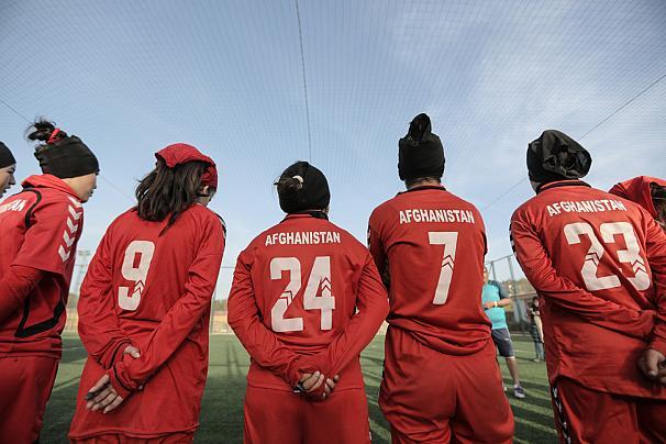 (ویدیو) فوتبالیستهای زن افغان؛ از بازی در خیابان تا حضور در ورزشگاه