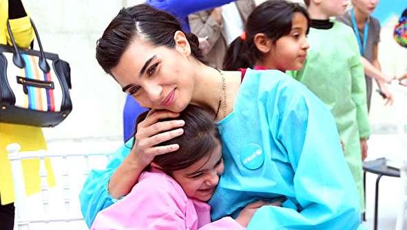 (تصاویر) بازیگر زن ترکیهای در میان کودکان سوری