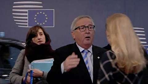 (ویدیو) حرکت عجیب رئیس کمیسیون اروپا با یکی از کارمندان زن!