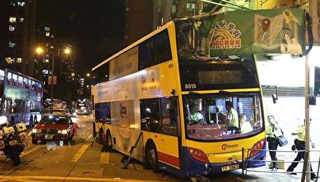 (ویدیو) اتوبوس مرگ، مشتریان کافه را زیر گرفت!