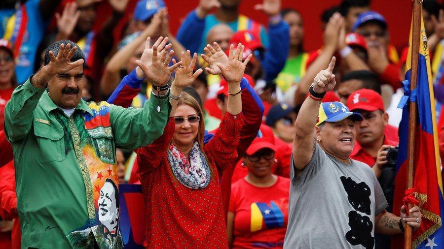 (تصویر) اقدام عجیب مارادونا در مکزیک در حمایت از مادورو