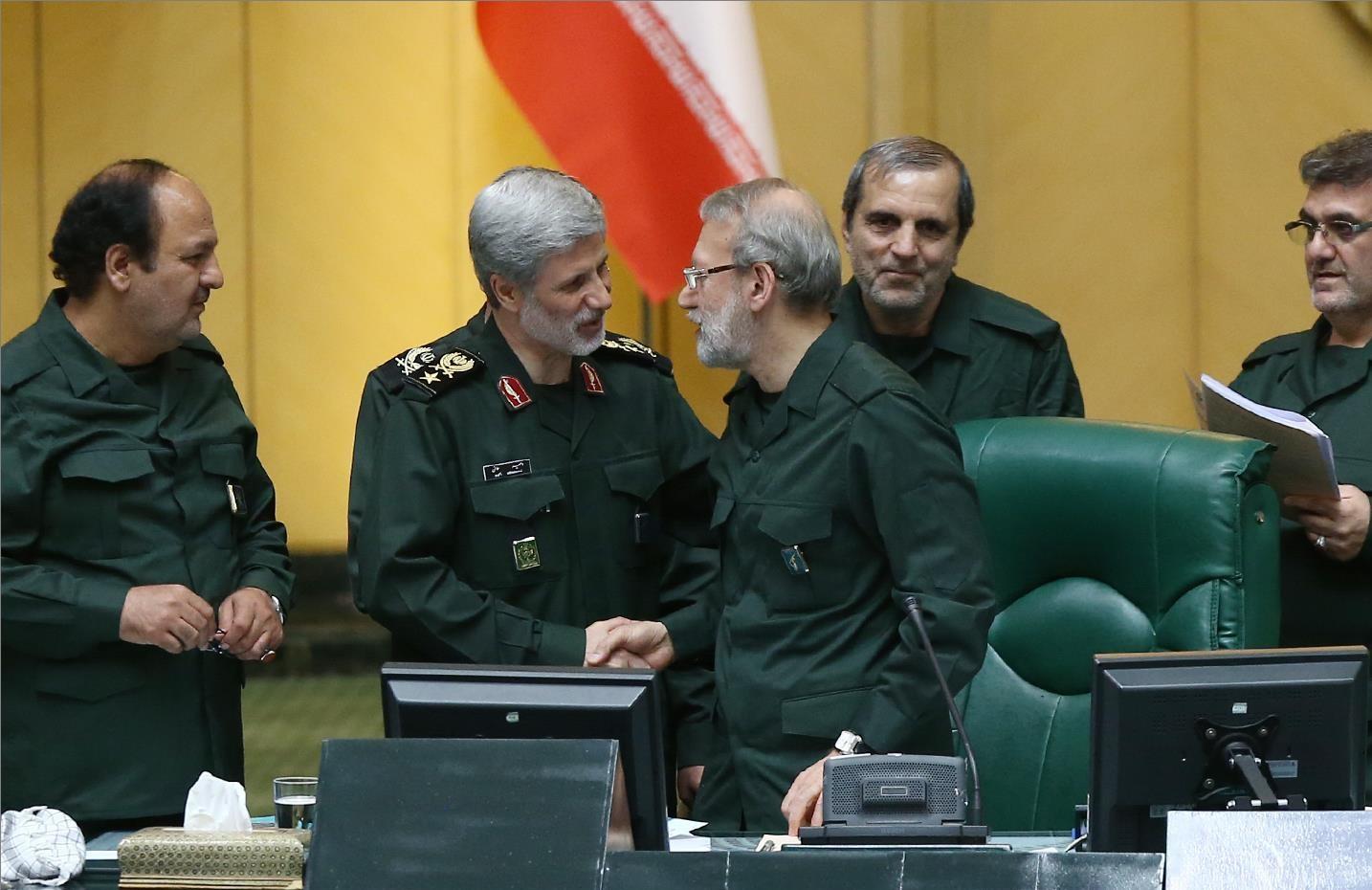 (تصویر) وزیری که با لباس سپاه خود را به ساختمان مجلس رساند