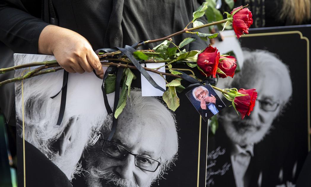 (تصاویر) متن و حاشیه مراسم سومین روز درگذشت جنشید مشایخی