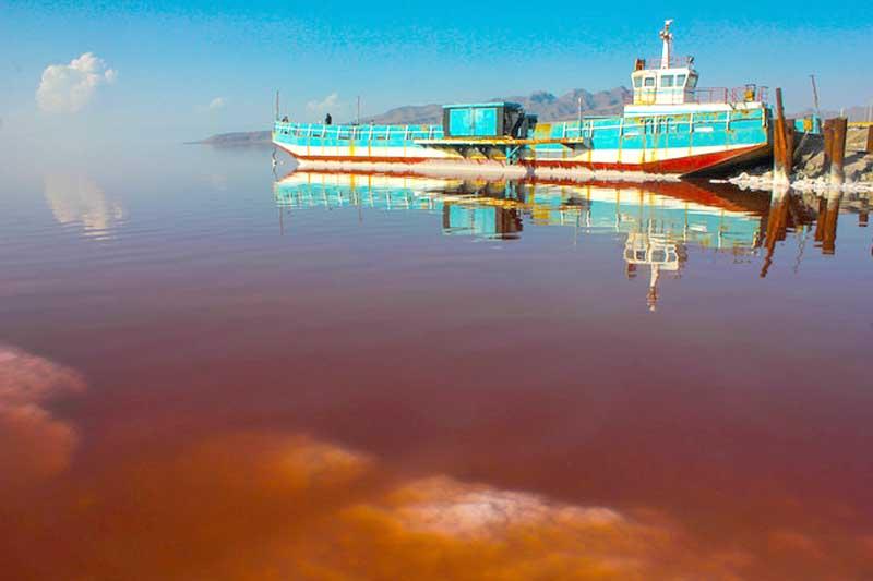کشتی آرتمیا پس از هفت سال در دریاچه ارومیه شناور شد